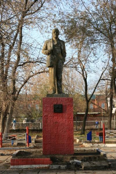 Памятник В.И. Ленину в сквере завода метизов