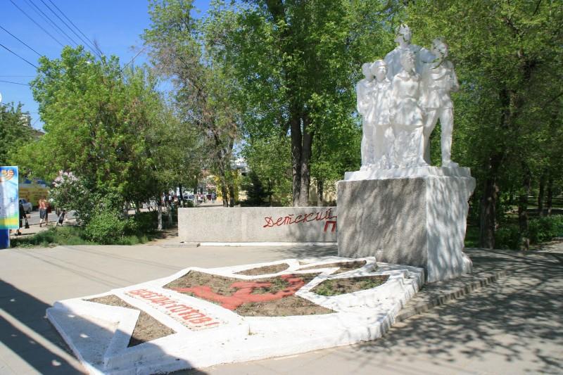 Памятник Крупской и пионерам