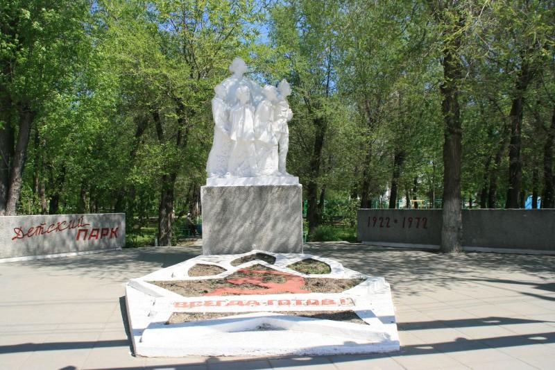 Памятник Крупской и пионерам в Энегельсе