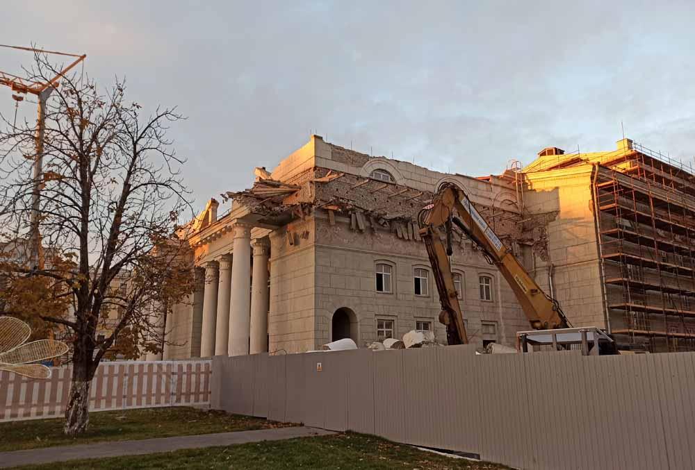 Сносят колонны у оперного театра