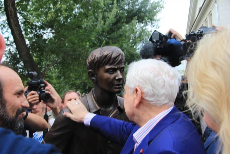 Памятник Олегу Табакову открыли в Саратове