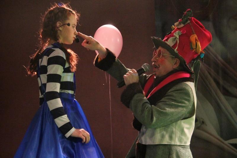«Алиса» в Старом ТЮЗе: «Все кувырком в стране чудес, и все, и все вверх дном»