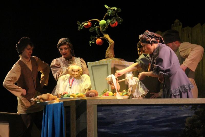 Салтыков-Щедрин и Крошка Енот на сцене Саратовского театра кукол