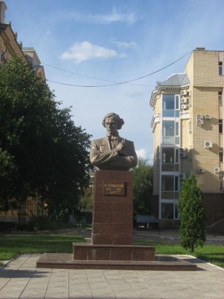 Памятник Н.Г. Чернышевскому в сквере СГУ