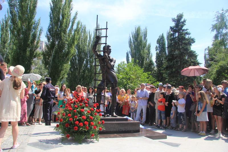 Памятник Олегу Янковскому открыли в сквере театра драмы