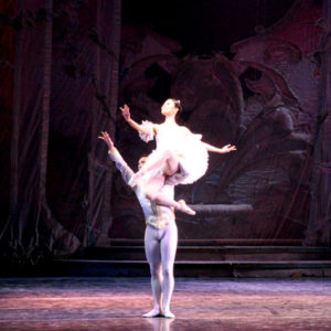 солистка театра «Кремлевский балет» Саори Койке (Япония) в роли Маши и премьер театра Михаил Мартынюк в роли Принца
