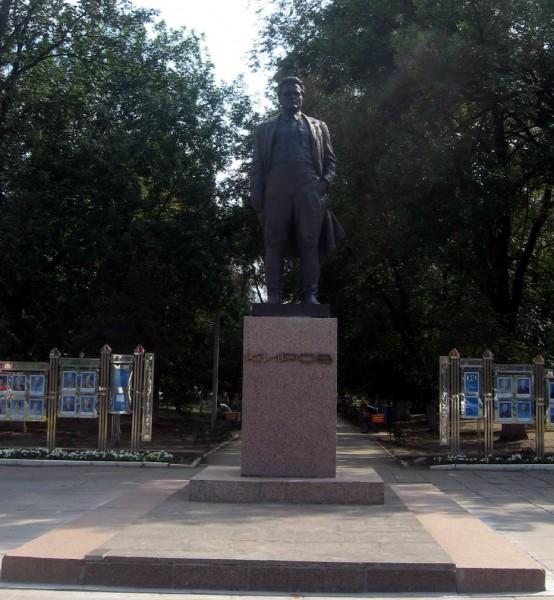Памятник С.М. Кирову на улице Рахова