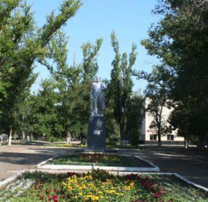 Памятник В.И. Ленину на площади Орджоникидзе