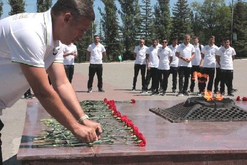 Футболисты команды «Золотой» возложили цветы к Вечному огню на саратовском мемориале «Журавли»