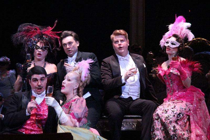 Весна в саратовском оперном началась премьерой «Летучей мыши»