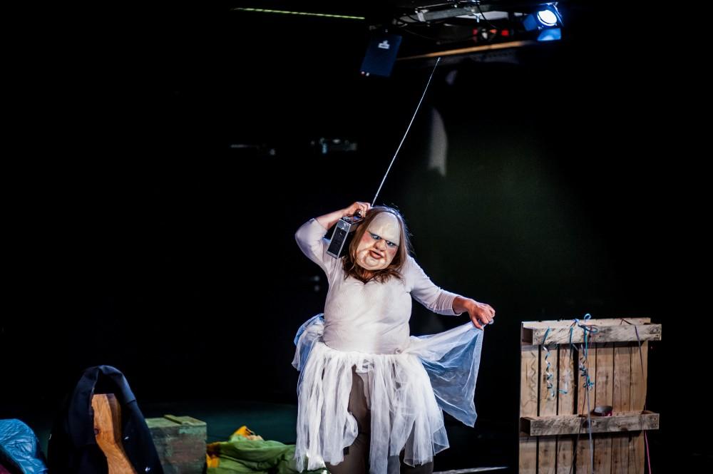 В ТЮЗе пройдет единственный показ экспериментального немецкого моноспектакля «Толстуха играет Медею»