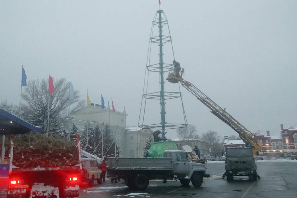 На Театральной площади Саратова устанавливают новогоднюю елку