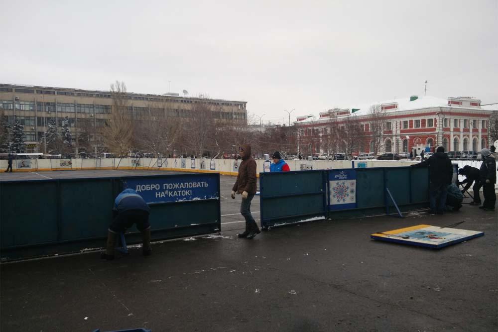 На Театральной площади устанавливают каток