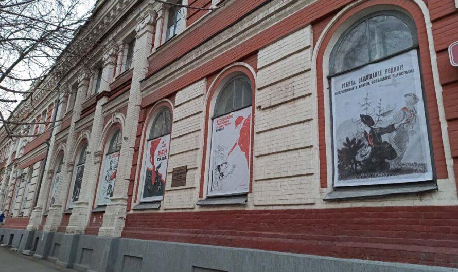 В окнах Биржи можно увидеть выставку плакатов